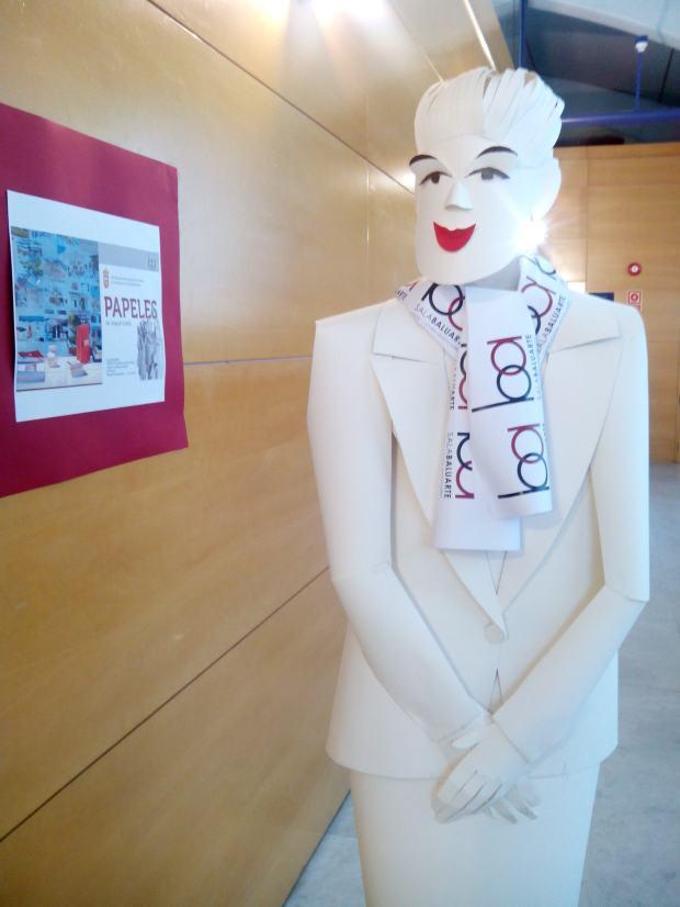 Escultura de Joaquín Ureña: una azafata a tu servicio