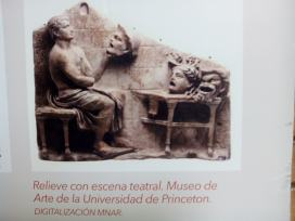 Relieve de escena teatral con máscaras