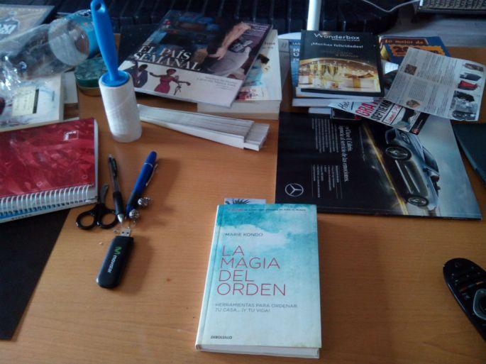 La mesa del salón antes de leer sobre el método KonMari