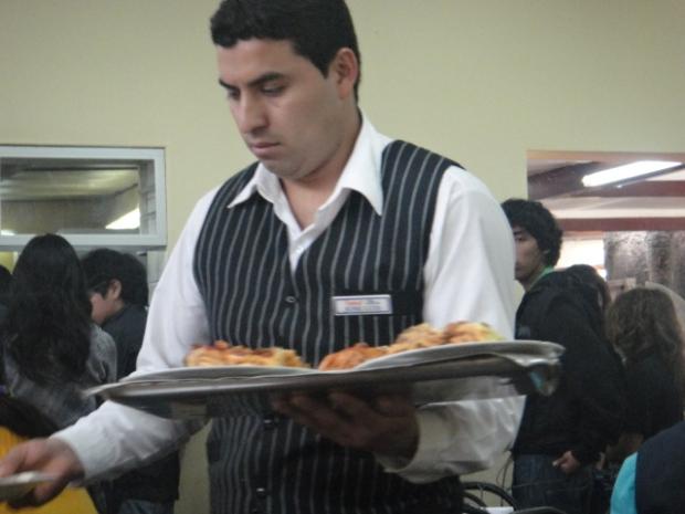 Ese camarero que atiende los pedidos con plena atención