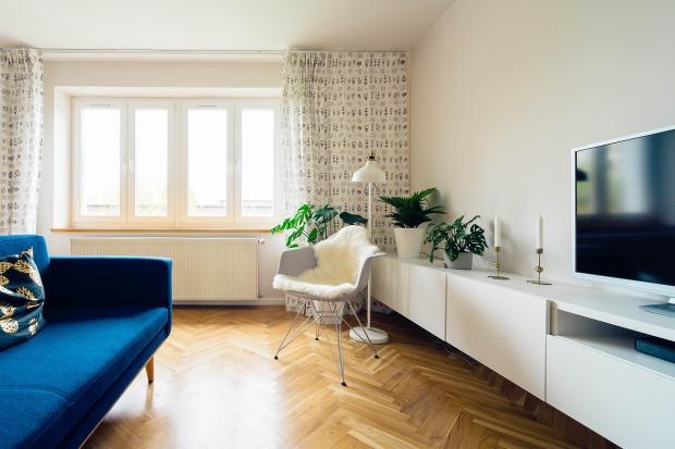 Un salón con tele