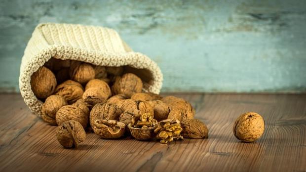 La imagen muestra una bolsa con nueces, uno de los alimentos sanos y saludables