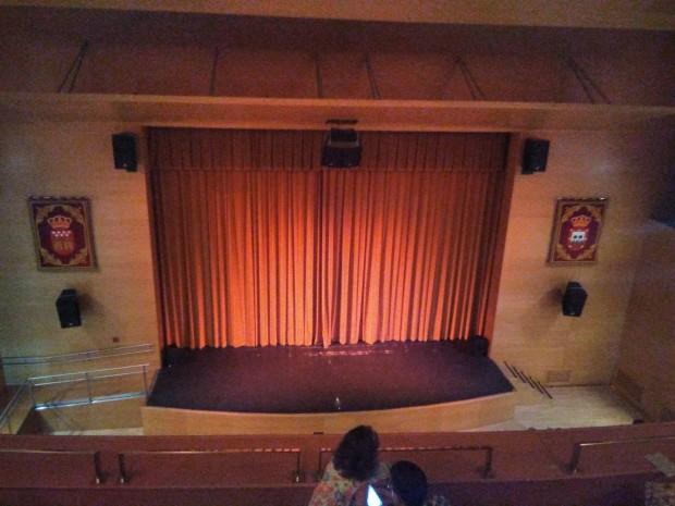 Escenario de un teatro con las cortinas echadas