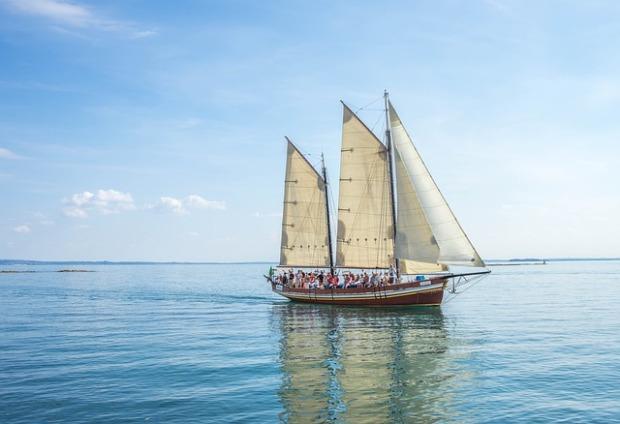 Un velero en el agua con muchos singles abordo