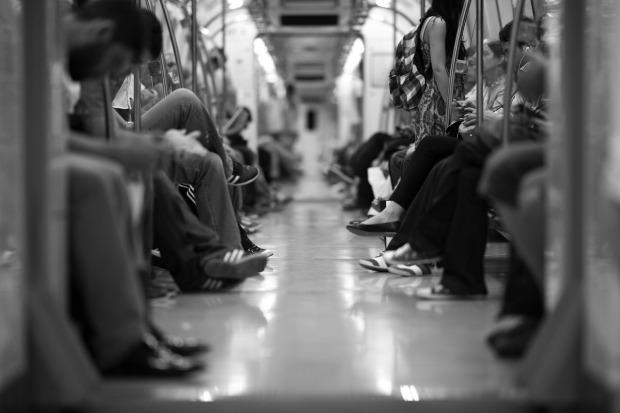 Un vagón de metro lleno de personas