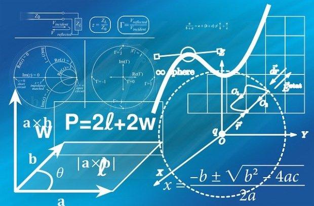 Conjunto de fórmulas y gráficos pintados sobre una pizarra azul