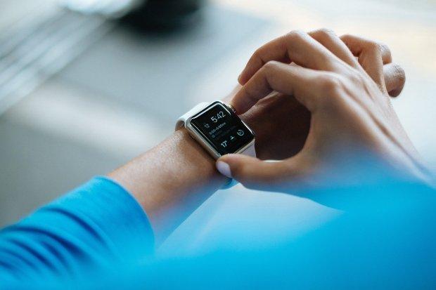 Imagen de un reloj inteligente en la muñeca de una persona: la tecnología ponible o wearable