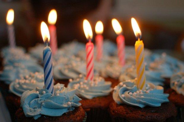 Tarta de cumpleaños con velas encendidas sobre ella