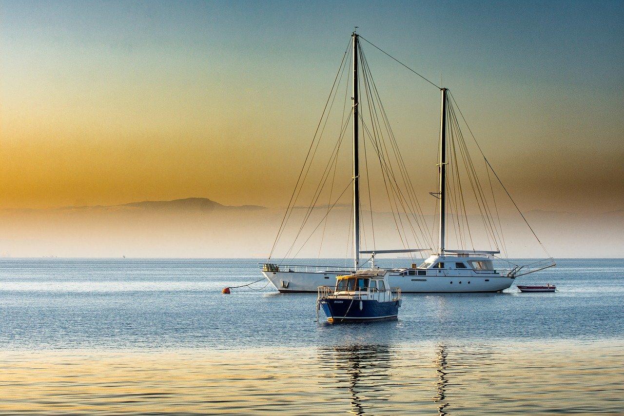 Se ven dos embarcaciones de recreo, probablemente de ricos... que también lloran