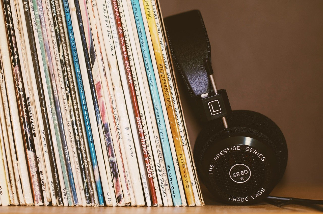 Una serie de discos de vinilo y unos auriculares, que dan la idea de la importancia de escuchar música durante el confinamiento