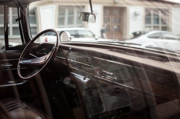 Fotografía de un parabrisas de un coche antiguo