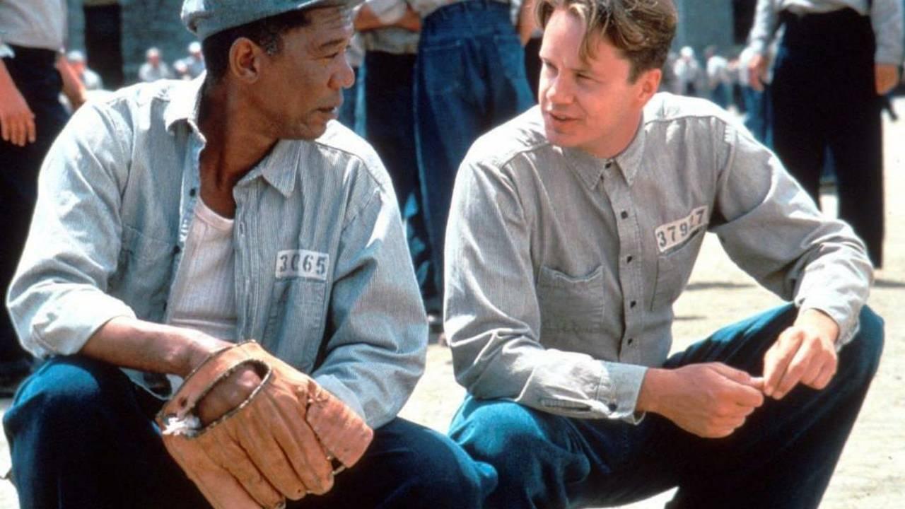 Fotograma de la película Cadena perpetua, en la que los presos parecen estar habituados a la rutina de la cárcel