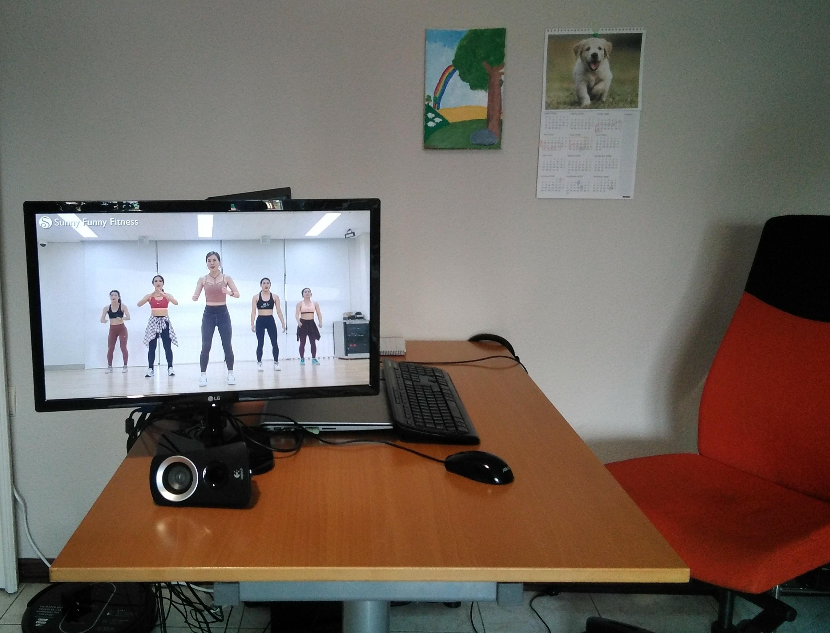 Espacio de trabajo reconvertido en gimnasio, al girar la pantalla del ordenador