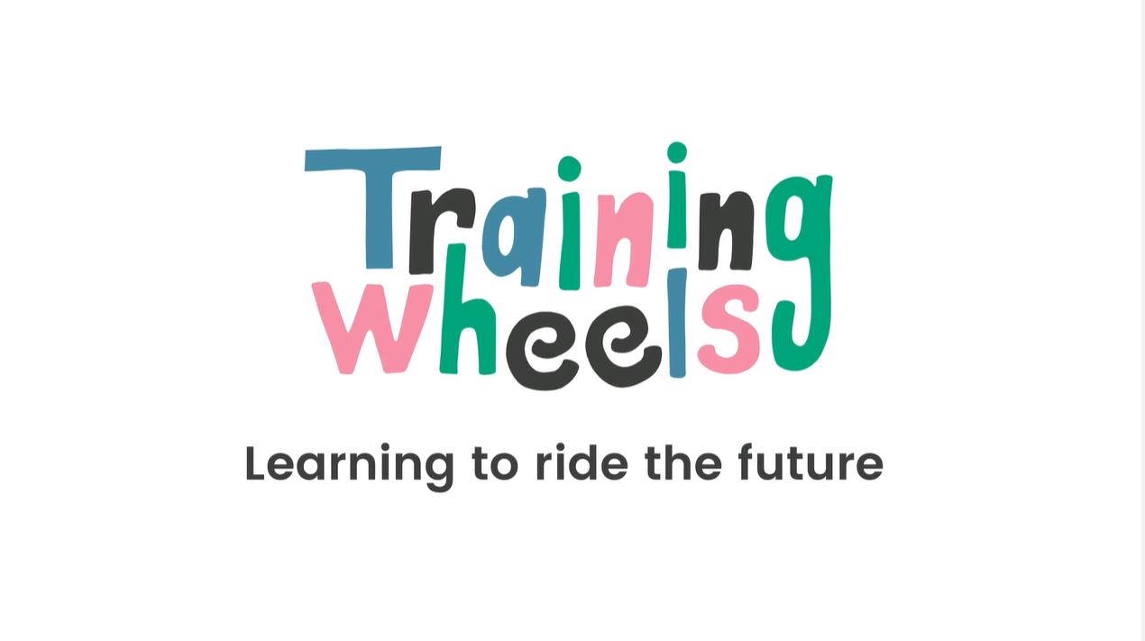Logotipo de la empresa Training Wheels, encargada de organizar los bloques de contenidos de Aprendemos en casa, de RTVE