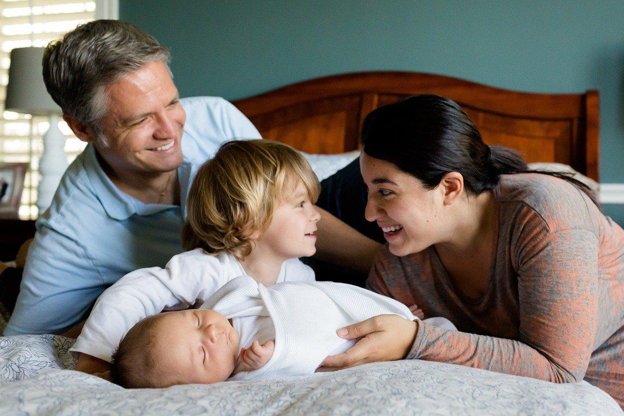 Una familia de madre, padre e hijos ju