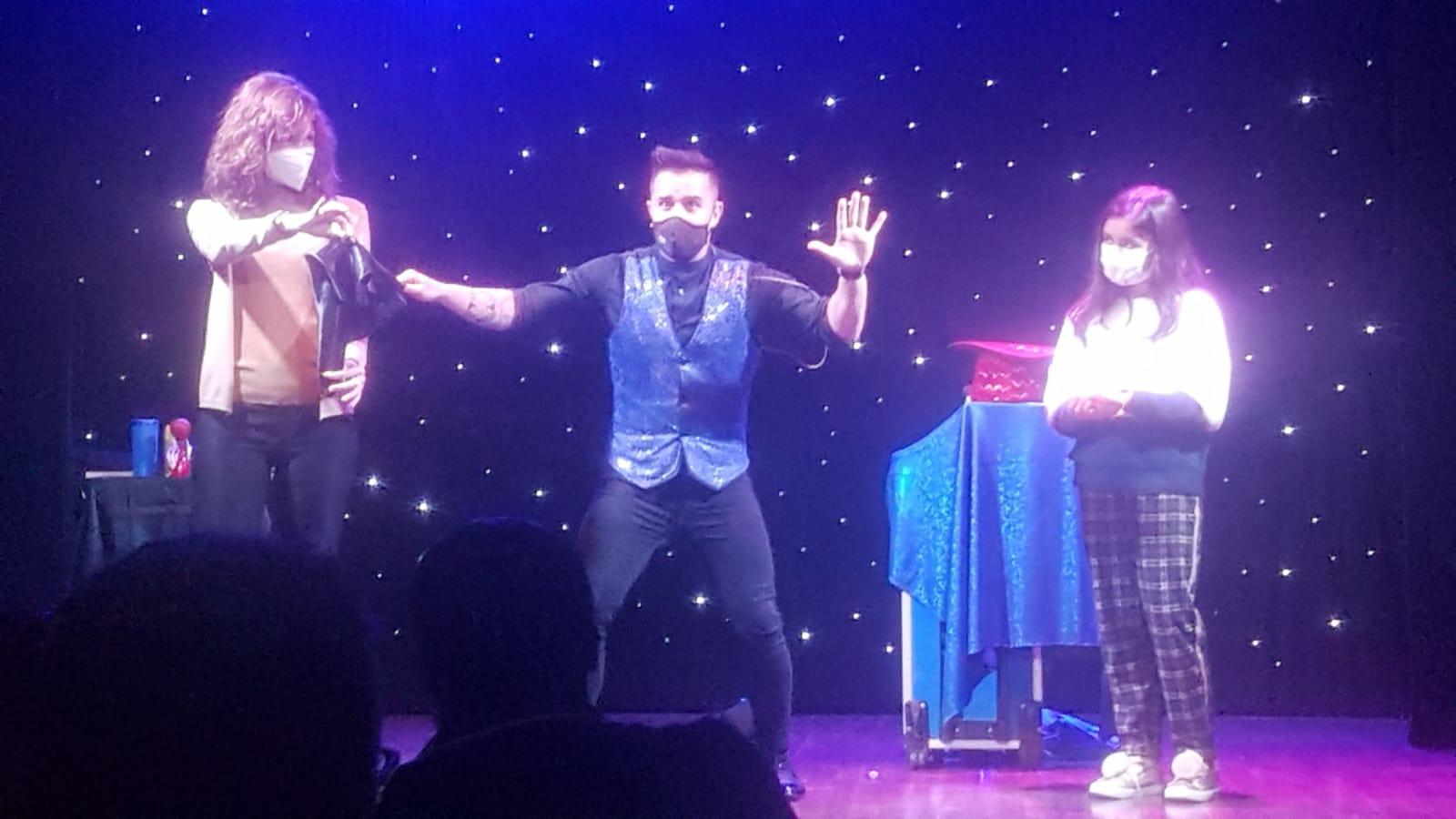 Edu el Mago en una actuación en A toda Magia con dos personas del público