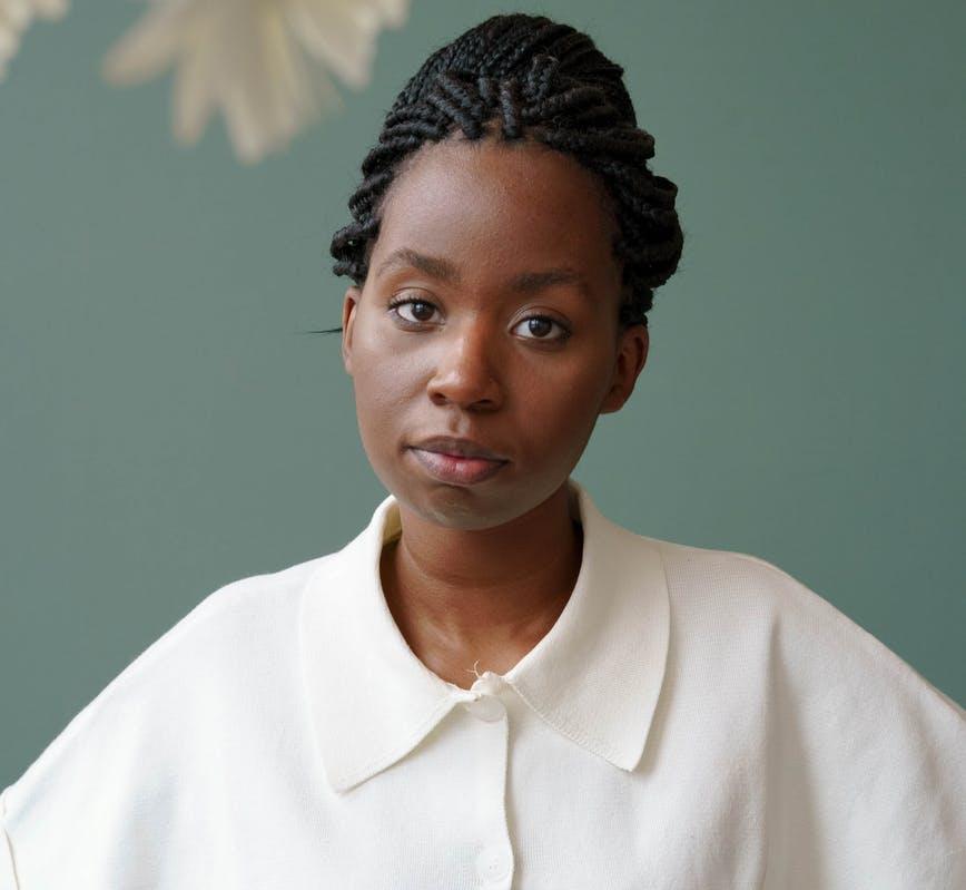 Mujer joven negra mirando a cámara